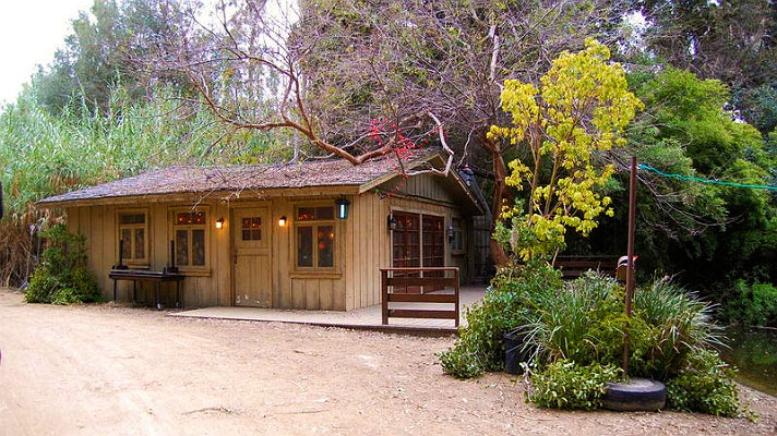 """Emily and Maya's lakeside cottage in """"Pretty Little Liars"""" at Warner Bros. Studio"""